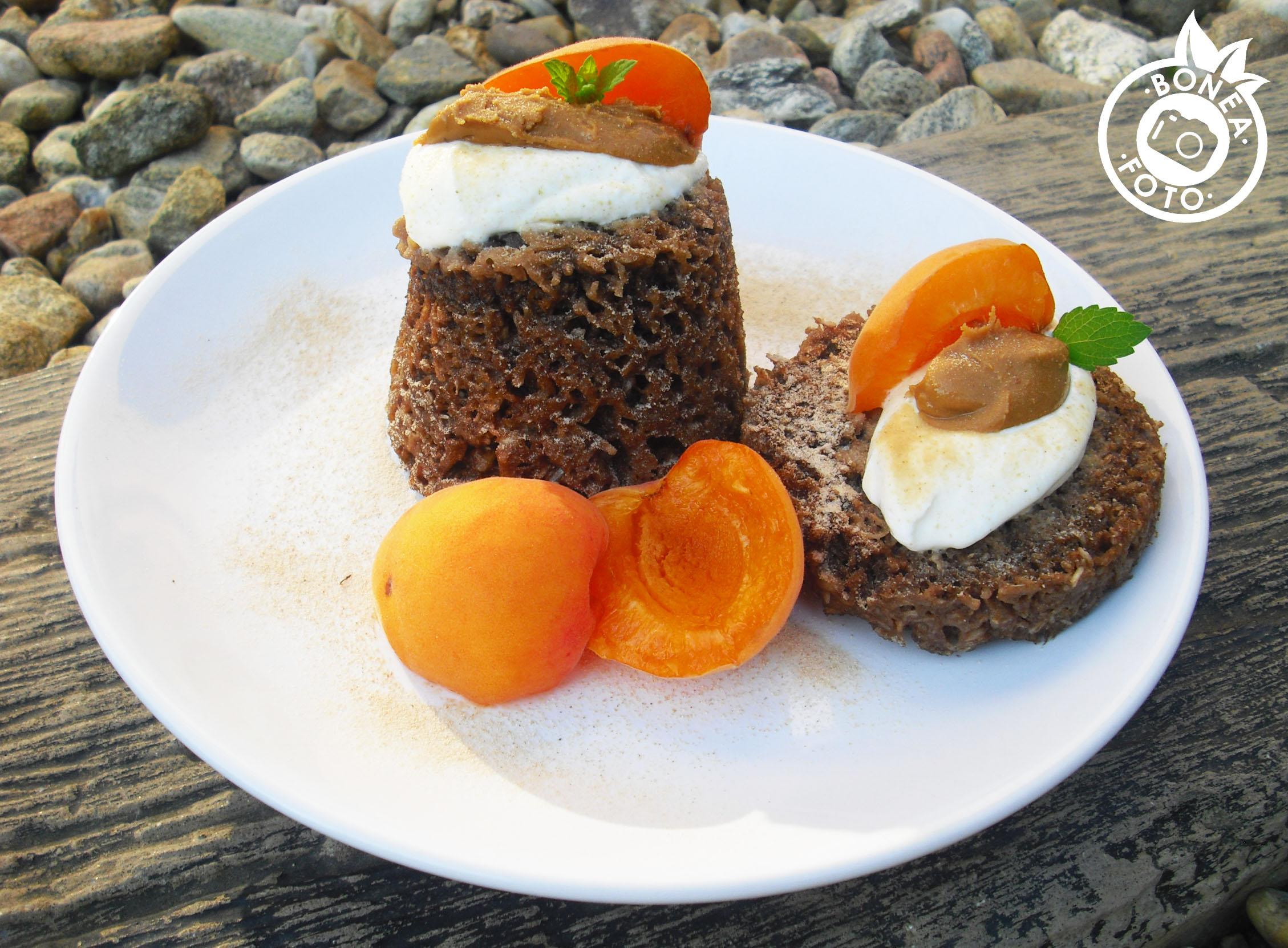 Kokosový mugcake s meruňkami a lucumou