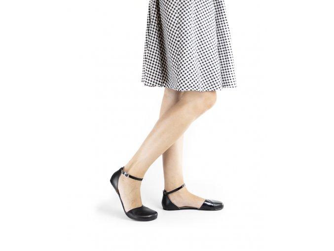 Poppy cierne na nohach