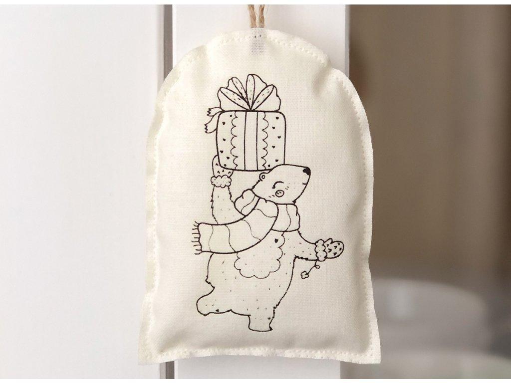 Látková závěsná vánoční dekorace lední medvěd s dárkem