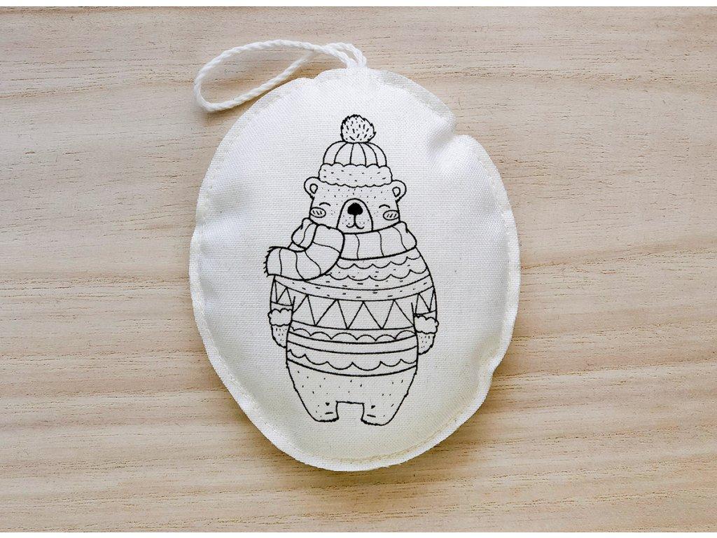 Látková závěsná vánoční dekorace medvěd v kulichu se šálou