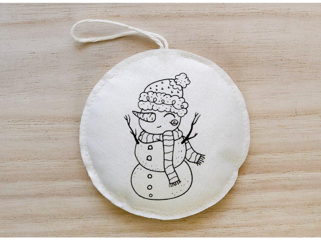 Látková závěsná vánoční dekorace sněhulák v kulichu