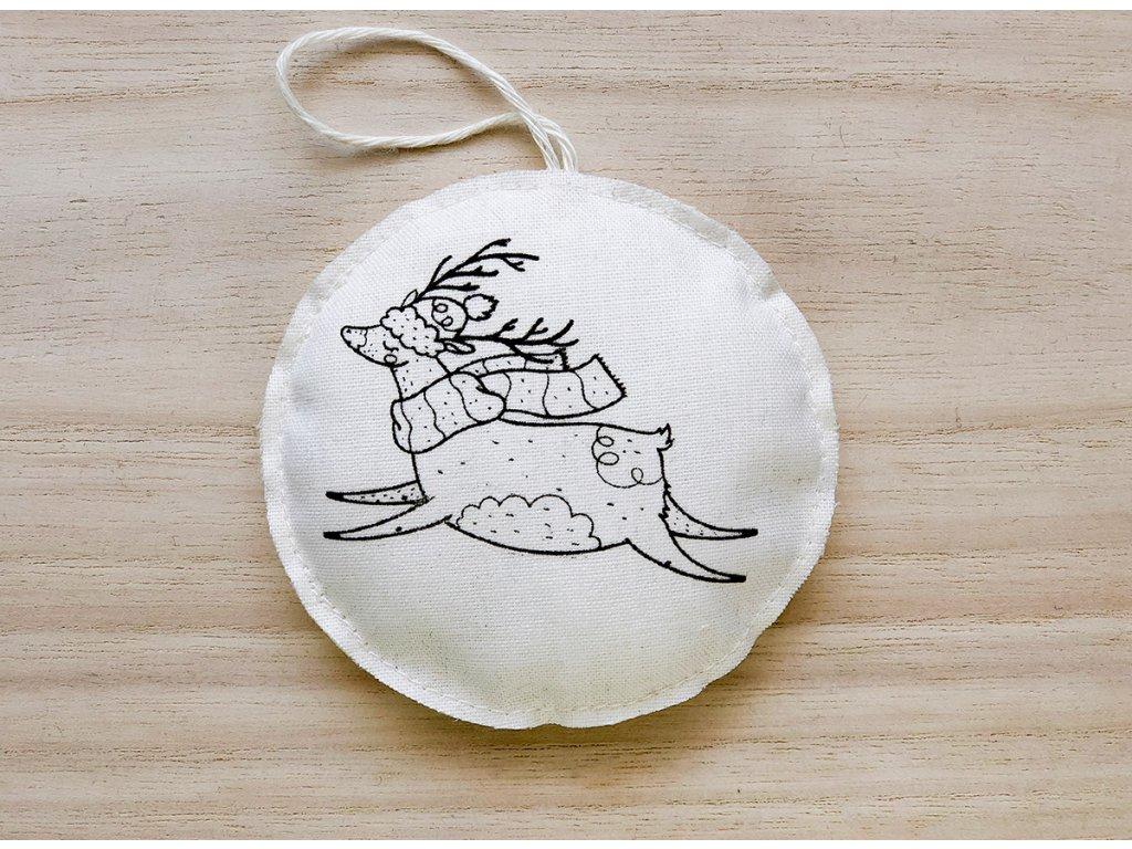 Látková závěsná vánoční dekorace sob v kulichu se šálou