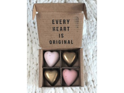 Růžové a zlaté magnetky ve tvaru srdce