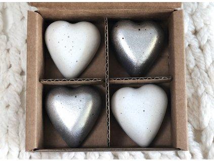 Bílé a stříbrné magnetky ve tvaru srdce