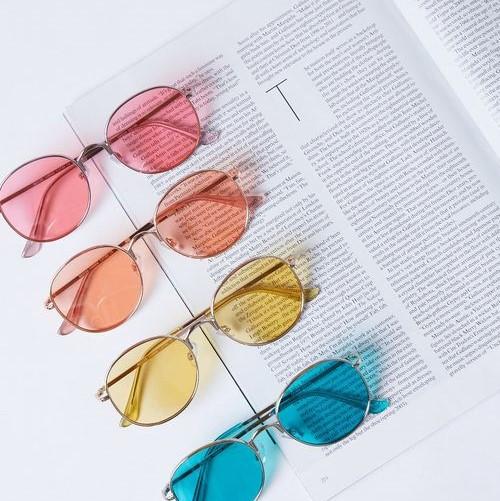 Jakou barvu skel slunečních brýlí zvolit a na co si dát pozor?