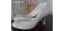 Krajkové svatební boty s broží - bílé