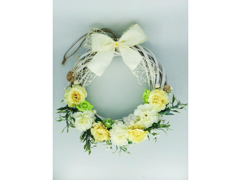 Květinový věnec s bílými a žlutými čajovými růžemi 1