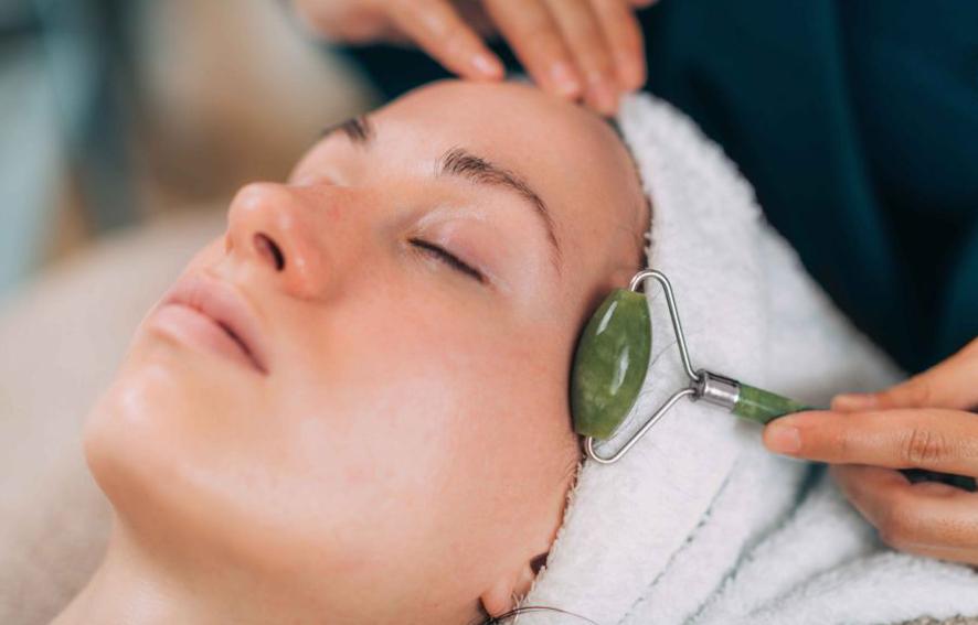 Masážní rollery – krásný a účinný pomocník nejen při masáži obličeje