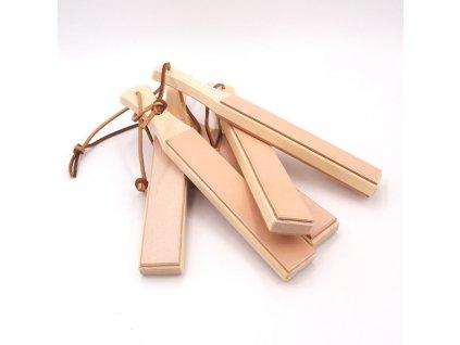 Obtahovací řemen JUBÖ na dřevěném prkénku