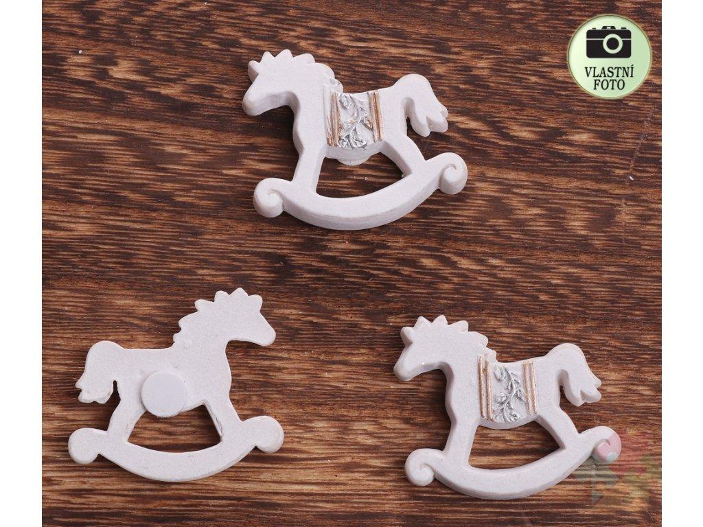 houpací koník)