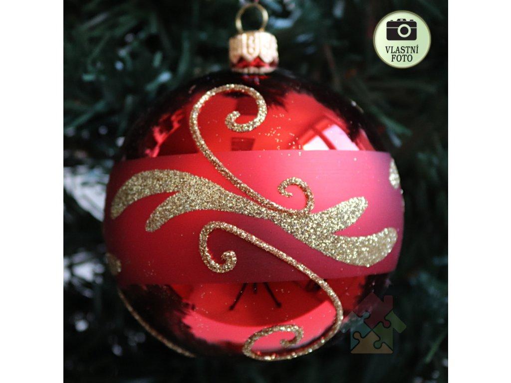 červené vánoční ozdoby