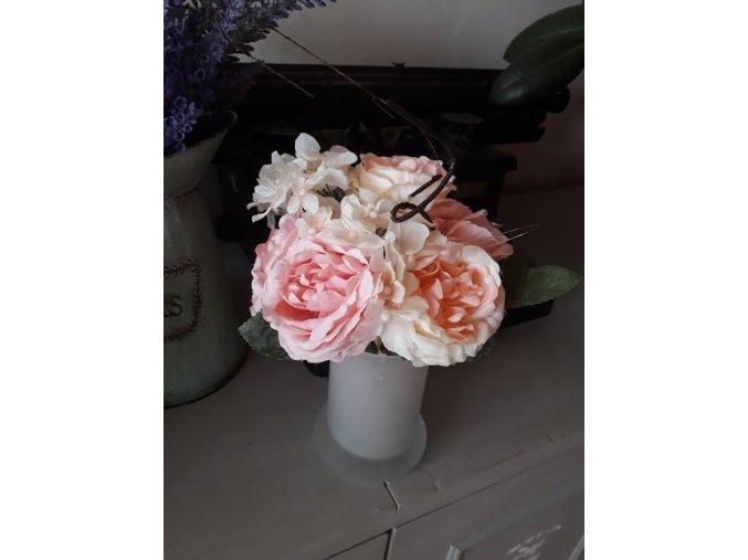 Kytice růžových pivoněk