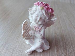Anděl s růžovou čelenkou a harfou