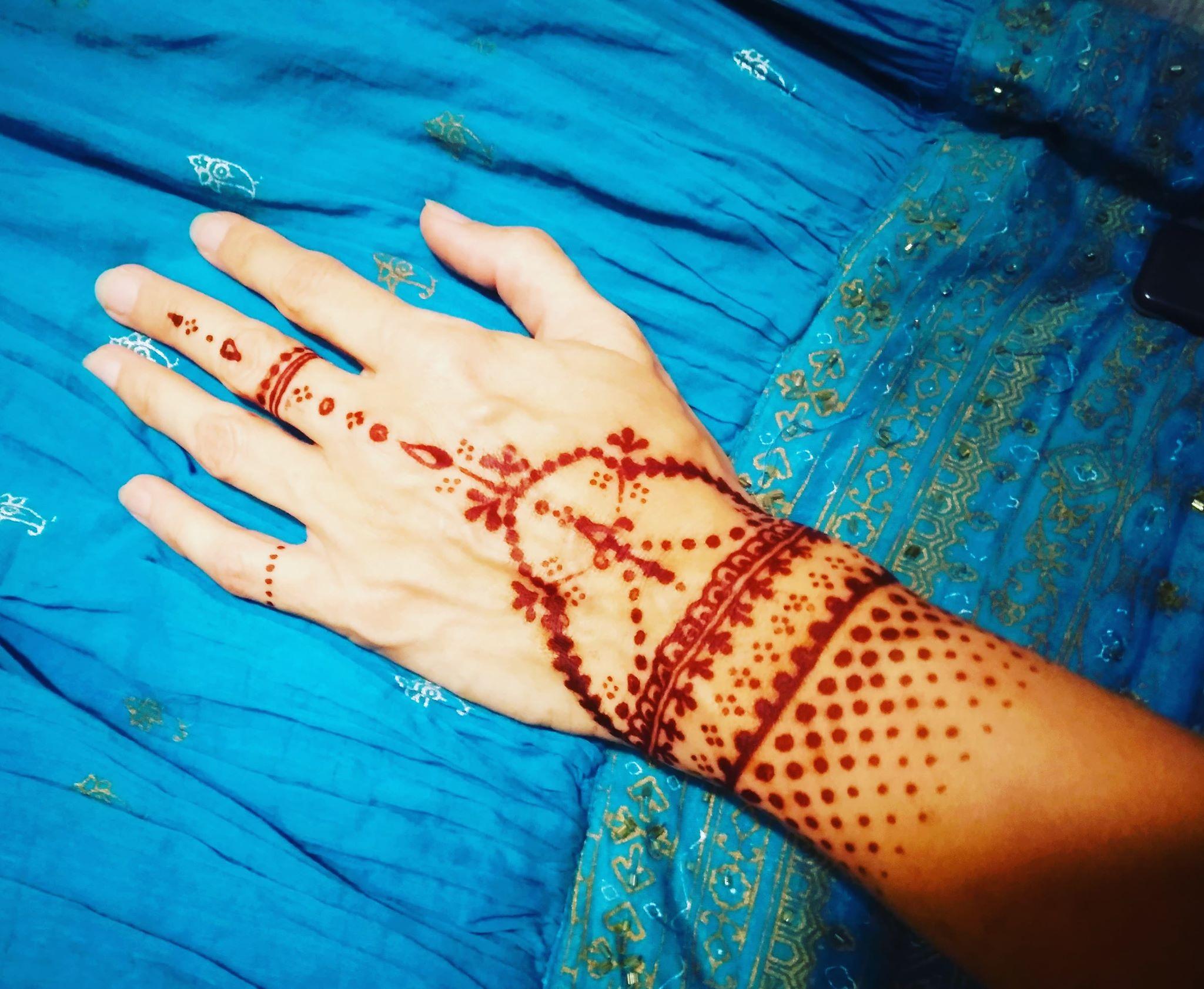 Malování hennou na tělo - tetování hennou