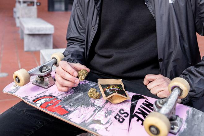 Květy konopí s obalem položené na skateboardu