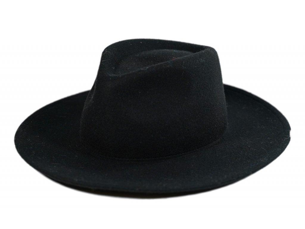 Cerny klobouk fedora s sirokou krempou