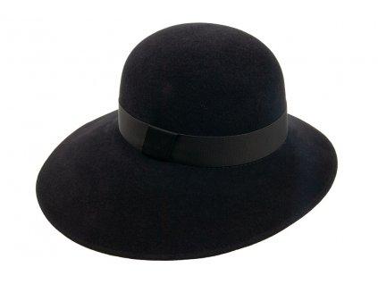 Plstěný černý asymetrický klobouk zdobený pasentní kloboukovou stuhou s širokou krempou 53407/17