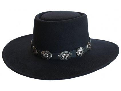 Mexický klobouk z umělé plsti, který si zachovává tvar, s černým koženým kloboukem concho. Perfektně sedí díky individuálně nastavitelnému vnitřnímu pásu.  Materiál: 50% bavlna / 50% polyester
