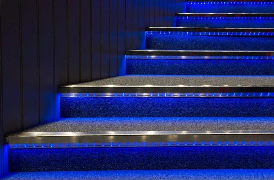 Jak na bezpečné schodiště? Využijte schodové profily a hrany