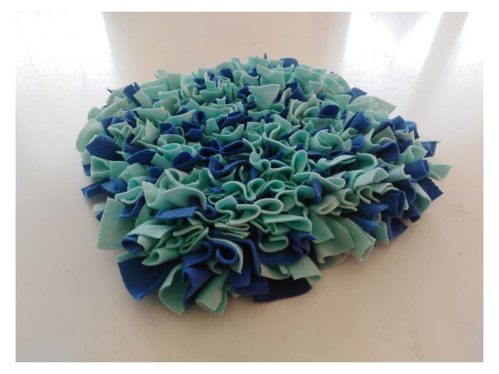 Cerino interaktivní hračka - Čmuchací kobereček 30x30 modrý melír