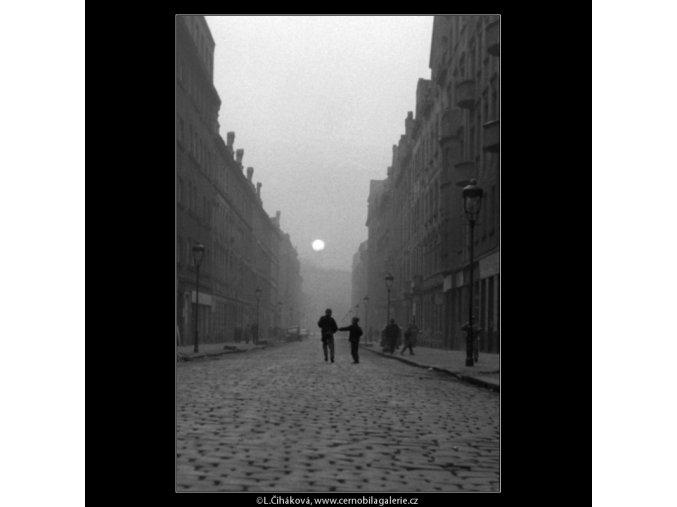 Zapadající slunce v ulici (587), žánry - Praha 1960 březen, černobílý obraz, stará fotografie, prodej