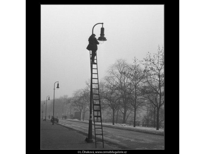 Oprava plynové lampy (795), žánry - Praha 1959 , černobílý obraz, stará fotografie, prodej