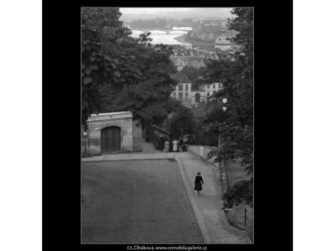 Pohled z Černé věže k Vltavě (919), žánry - Praha 1960 , černobílý obraz, stará fotografie, prodej