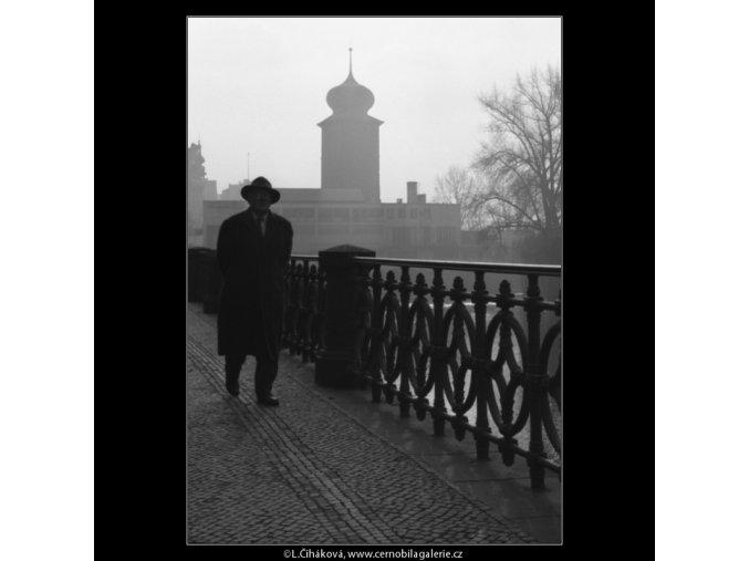 Muž jdoucí po nábřeží (1355-1), žánry - Praha 1961 říjen, černobílý obraz, stará fotografie, prodej