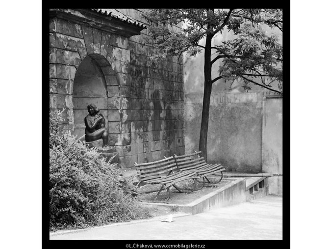 Eva ve výklenku (5365-10), Praha 1967 červen, černobílý obraz, stará fotografie, prodej
