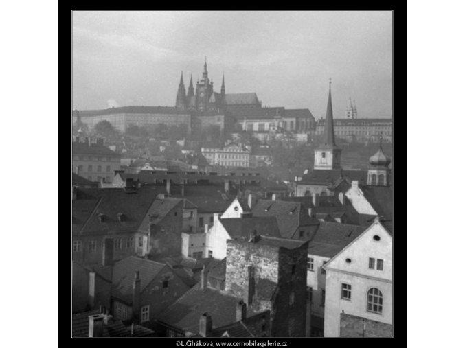 Pražský hrad přes střechy (41-25), Praha 1958 , černobílý obraz, stará fotografie, prodej