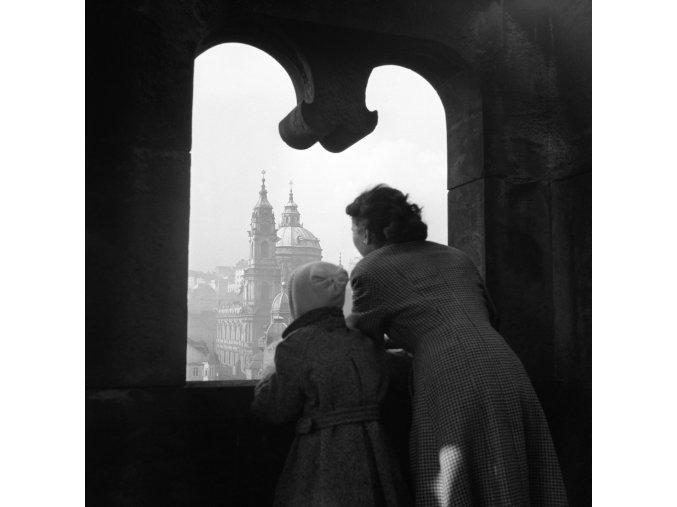 Průhled oknem z vyhlídky (41-26), Praha 1958 , černobílý obraz, stará fotografie, prodej
