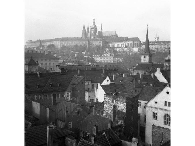 Pražský hrad přes střechy (41-30), Praha 1958 , černobílý obraz, stará fotografie, prodej