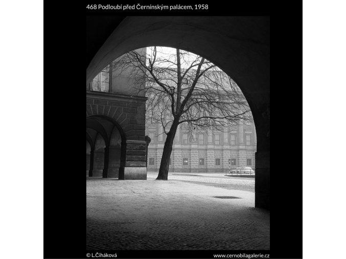 Podloubí před Černínským palácem (468), Praha 1958 , černobílý obraz, stará fotografie, prodej