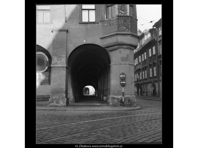 Průhled podloubím (554), Praha 1958 , černobílý obraz, stará fotografie, prodej