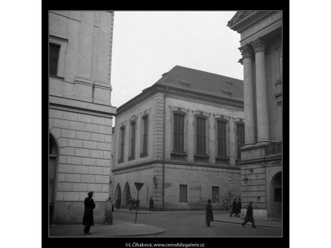 Pohled na Karolinum z ulice (59-5), Praha 1959 , černobílý obraz, stará fotografie, prodej