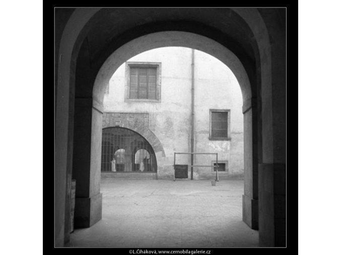 Nádvoří průjezdem (59-8), Praha 1959 , černobílý obraz, stará fotografie, prodej