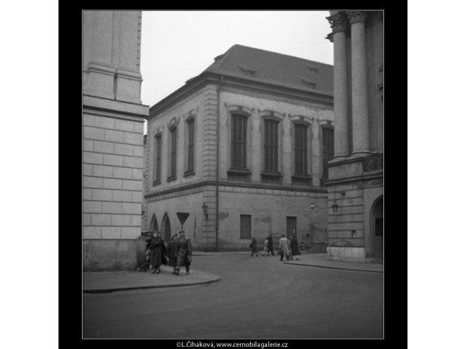 Pohled na Karolinum z ulice (59-9), Praha 1959 , černobílý obraz, stará fotografie, prodej