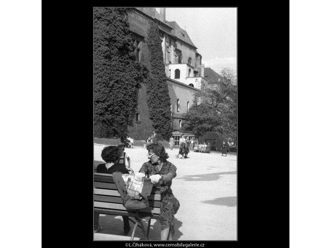 V jižních zahradách Hradu (266-8), Praha 1959 , černobílý obraz, stará fotografie, prodej