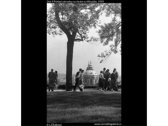 Pohled zahradou na chrám sv.Mikuláše (266-9), Praha 1959 , černobílý obraz, stará fotografie, prodej