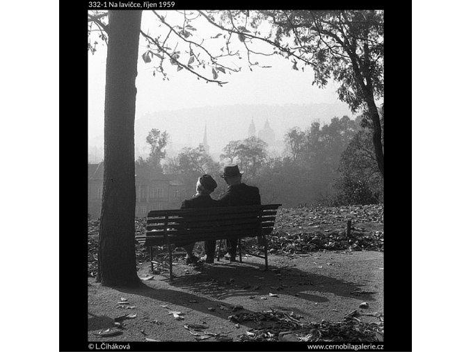 Na lavičce (332-1), Praha 1959 říjen, černobílý obraz, stará fotografie, prodej