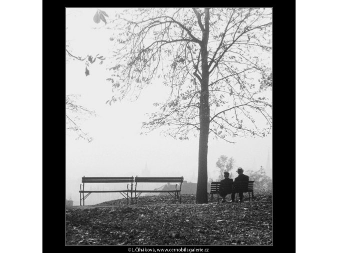 Na lavičce (332-2), Praha 1959 říjen, černobílý obraz, stará fotografie, prodej