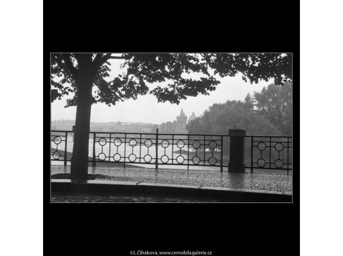 Nábřeží po dešti (356), Praha 1959 , černobílý obraz, stará fotografie, prodej