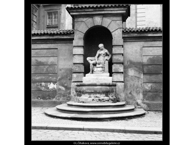 Kašna se sochou Vltavy (559-1), Praha 1959 , černobílý obraz, stará fotografie, prodej