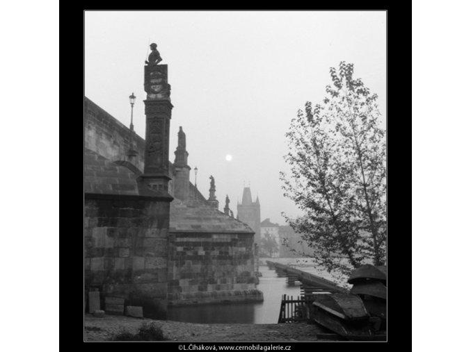 Karlův most vpodvečer (722-2B), Praha 1959 říjen, černobílý obraz, stará fotografie, prodej