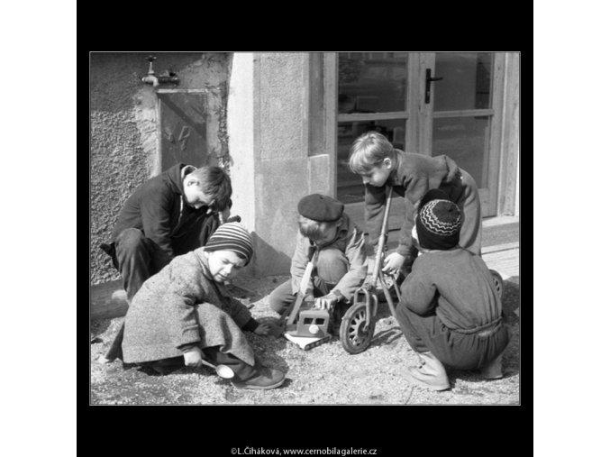 Ze stavby sídliště ve Strašnicích (495-2), Praha 1960 březen, černobílý obraz, stará fotografie, prodej