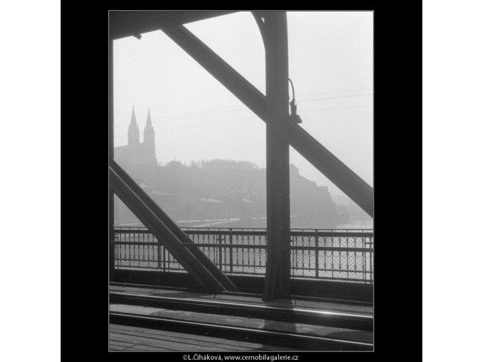 Vyšehrad skrz železniční most (535-1), Praha 1960 březen, černobílý obraz, stará fotografie, prodej