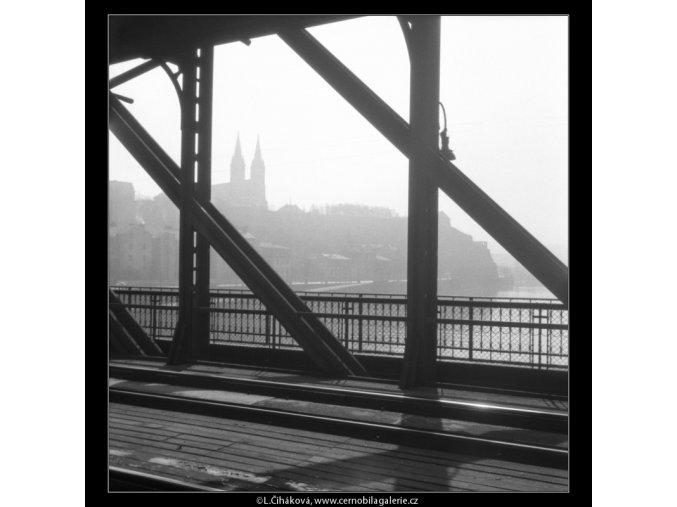 Vyšehrad skrz železniční most (535-2), Praha 1960 březen, černobílý obraz, stará fotografie, prodej