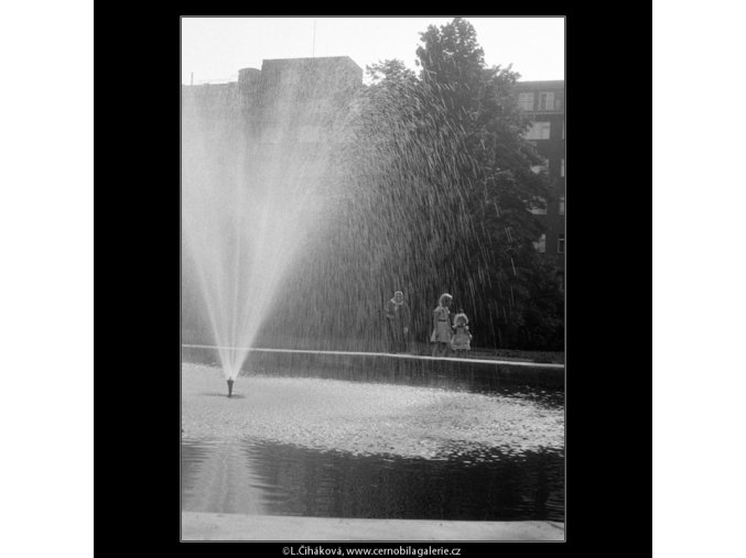 Vodotrysk (646-2), Praha 1960 červen, černobílý obraz, stará fotografie, prodej