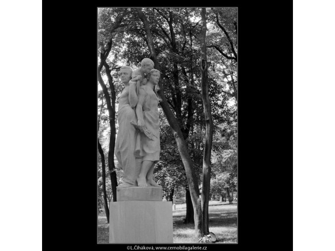 Plastika Rodina (768-1), Praha 1960 červenec, černobílý obraz, stará fotografie, prodej