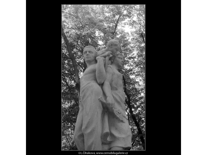 Plastika Rodina (768-2), Praha 1960 červenec, černobílý obraz, stará fotografie, prodej